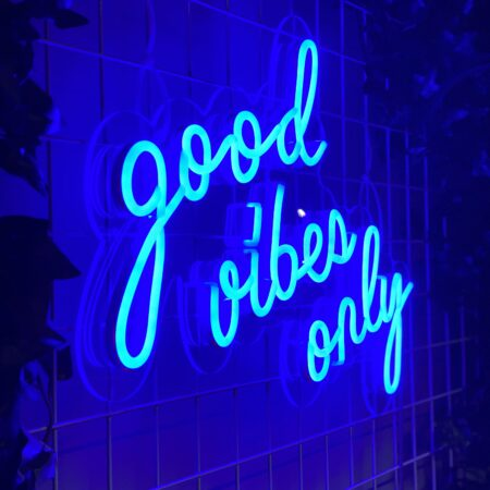 "Neonskilt ""good vibes only"" 52x36cm - Blue"